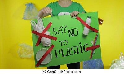 unrecognizable, tenue, plastique, protester, dire non, plastic., environnement, affiche, femme, pollution