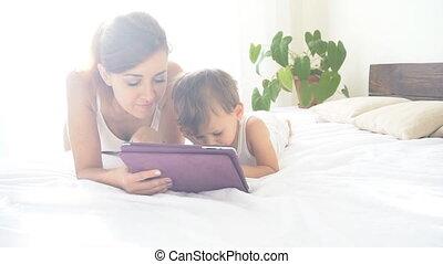 usage, tablette, mère, jeune, fils, jeux, ligne