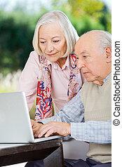 utilisation, couple, ordinateur portable, personnes agées