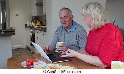 utilisation, couple, ordinateur portable, sur, déjeuner