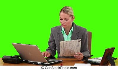 utilisation, femme affaires, travail, journal