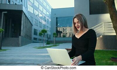 utilisation, femme, working., jeune, technologie, femme affaires, outdoors., ordinateur portable
