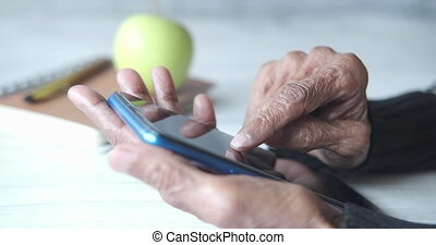 utilisation, fin, main haut, personne agee, téléphone, femmes, intelligent