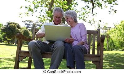 utilisation, gens, retiré, ordinateur portable