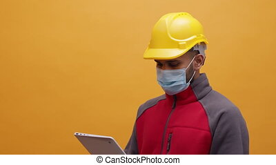 utilisation, jaune, tablette, homme masque, inspection, jeune, monde médical, construction, dur, site, chapeau