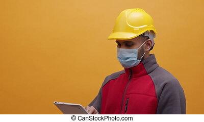 utilisation, jaune, tablette, homme masque, jeune, monde médical, chapeau dur