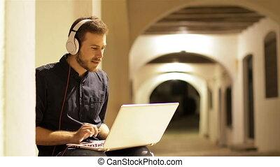 utilisation, nuit, écouteurs, sérieux, ordinateur portable, homme