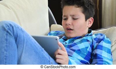 utilisation, numérique, jeune garçon, tablette