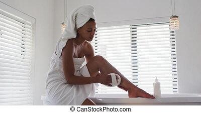 utilisation, prendre, loofah, américain, quoique, salle bains, femme, africaine, bain