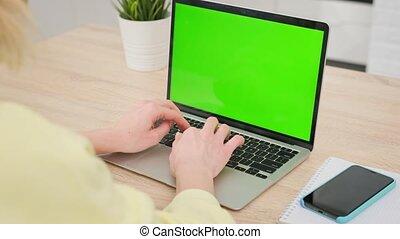 utilisation, séance, screen., fonctionnement, personne, regarder, informatique, bois, femme, sur, business, épaule, ordinateur portable, vert, coup, intérieur, table., écran, bureau, pc, bureau