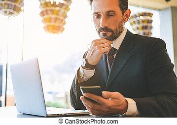 utilisation, smartphone, café, homme, sérieux