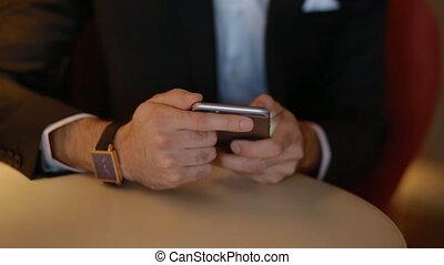 utilisation, smartphone, jeune homme, complet