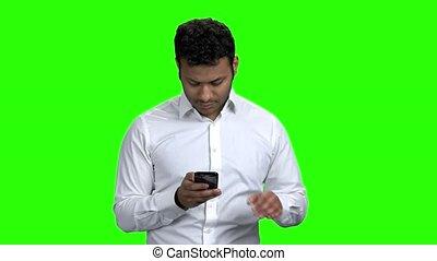 utilisation, téléphone portable, screen., homme, vert, jeune