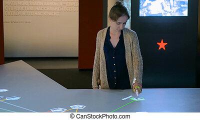utilisation, touchscreen, femme, exposer, interactif