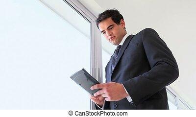 utilisation, vidéo, calculatrice, homme affaires