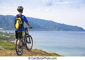vélo tout terrain, jeune homme, debout