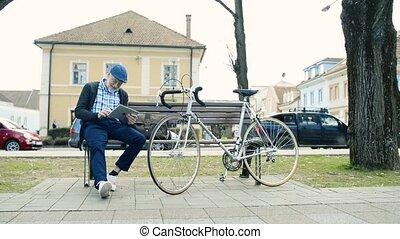 vélo, ville, tablette, écriture, tenue, homme aîné