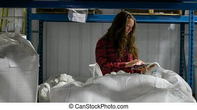 vérification, devant, stocks, vue, femme, caucasien, 4k, ouvrier, entrepôt
