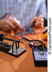 vérification, mâle, multimètre, circuit, mains