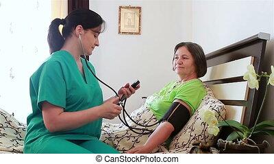 vérification, pression, infirmière, sanguine