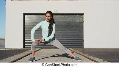 vêtements de sport, rue, femme, américain, étirage, africaine, avant, exercisme