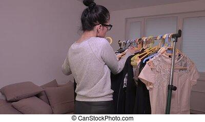 vêtements, femme, tri, étagère