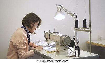 vêtements, tailleur, atelier, assied, lamp., coud, utilisation, couturière, fermé, professionnel, nappe, fonctionnement, processus, couture, créatif, équipement, femme, coupures, jeune, machine, ciseaux, fils