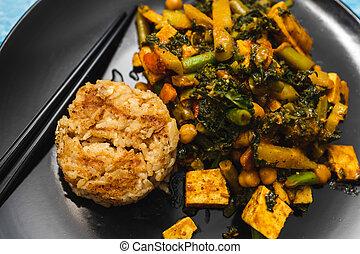 veganvegan, tofu, satay, riz, remuer, nourriture, curry, plant-based, frire, végétariens, chou frisé
