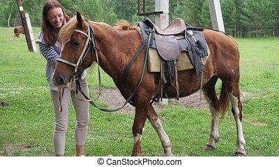 velouté, caresser, cheval, jolie fille, mouvement, lent, hair., baie, sourires, lisser