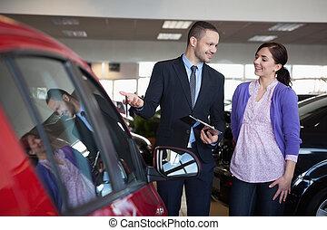 vendeur, femme, projection, voiture
