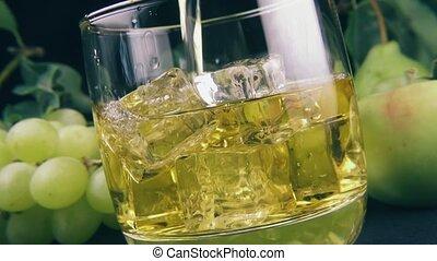 verre, bourbon, glace, verser