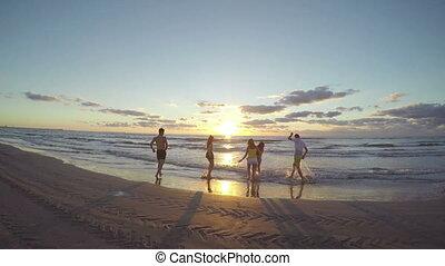 vers, groupe, amis, mouillé, taquiner, eau, courant, autre, mer, chaque, plage, sablonneux