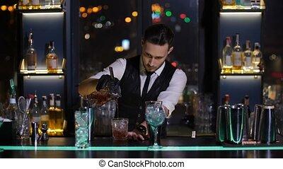 verser, barman, barre, verre cocktail