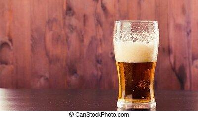 verser, mousse, verre, bière, bois, fond, table, blanc
