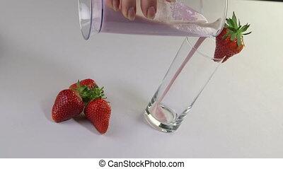 verser, smoothie fraise, boisson, main, verre, fruit, femme, lait frais