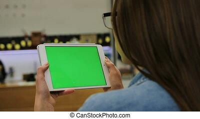 vert, femme, tablette, regarder, écran, chroma, jeune, greenscreen, vidéo, key., cafe., close-up., lunettes, séduisant