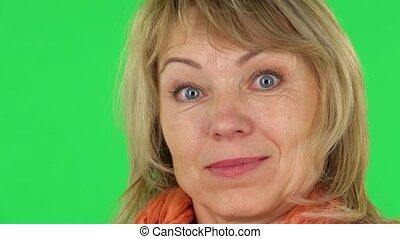 vert, surprise, femme, appareil-photo., blond, close-up., regarder, milieu, écran, vieilli