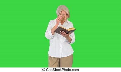 vert, vieux, chroma, key., dame, lunettes, femme aînée, lecture, écran, livre