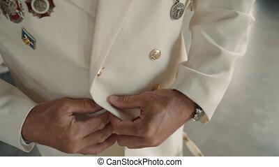 veste, mettre, personnes agées, style., il, homme, vêtements, personne agee, élégant, capitaine, bouton, mode