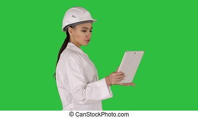 vidéo, femme, tablette, chroma, écran, appeler, key., confection, vert, ingénieur