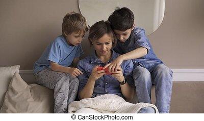 vidéo, maison, enfant, jeux, heureux, garçons, smartphone, divan, dépenser, jouir de, avoir, deux, femme, amusement, jeune, délassant, temps, mom., utilisation, caucasien