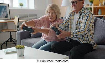 vidéo, mouvement, jouer, loisir, apprécier, maison, lent, gens, amusement, jeu, vieux, heureux