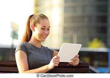 vidéo, tablette, parc, regarder, femme, heureux