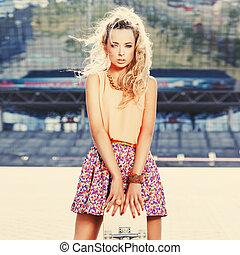 vide, beau, jeune dame, skateboard, pont