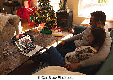 videocall, avoir, divan, ordinateur portable, famille, séance, couple, chapeaux, maison, sourire, santa