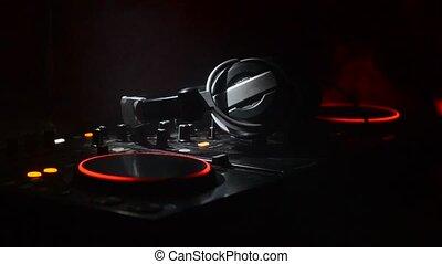 vie, sélectif, mélange, club, fin, club, grattement, divers, lumières, dj, pinçon, musique, brouillard, concept, dj's, nuit, commandes, rotation, piste, mains, foyer, haut., pont, stroboscope