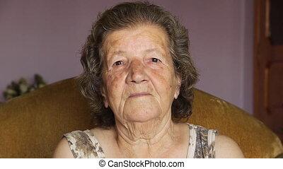 vieille femme, intérieur, retiré, rire