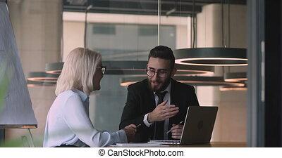 vieilli, mâle, sourire, consultant, arabe, businesswoman., jeune, milieu, conseiller financier