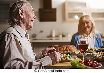 vieux, couple, admirer, dîner, autre, chaque, table