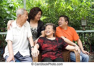 vieux, famille, couple, leur, :, enfants, heureux